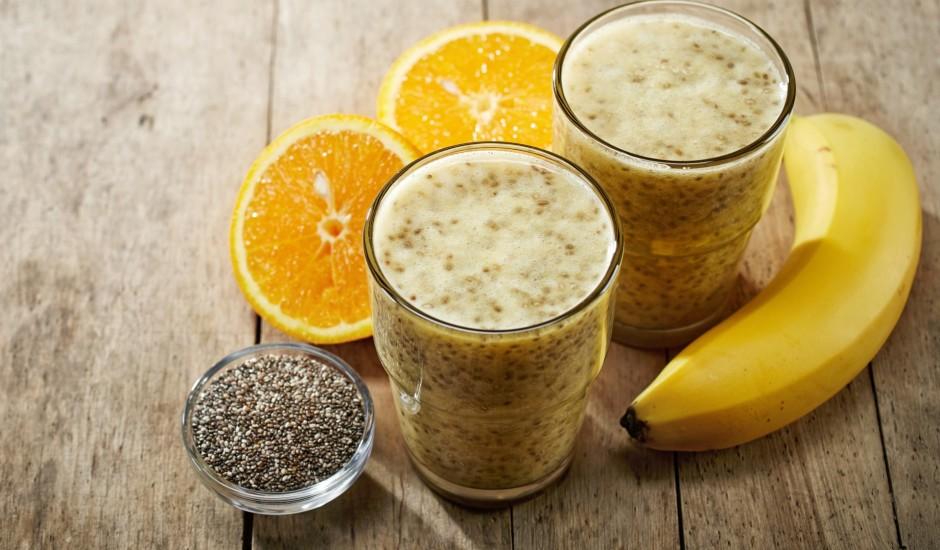 Jogurta kokteilis ar banāniem, apelsīnu sulu un čia sēklām