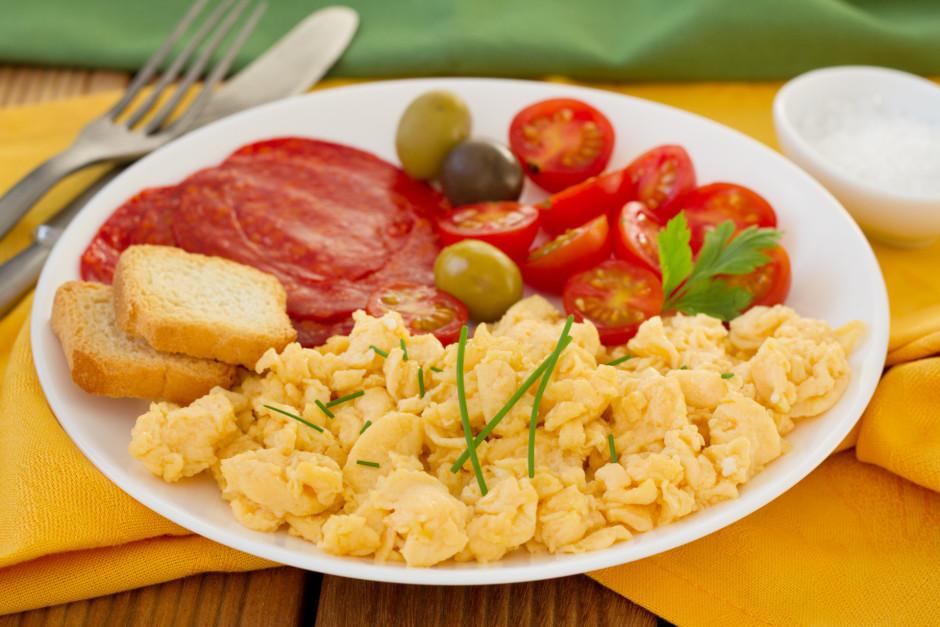 Olu masu lej siltajā pannā un, nemitīgi maisot cep, līdz ola...