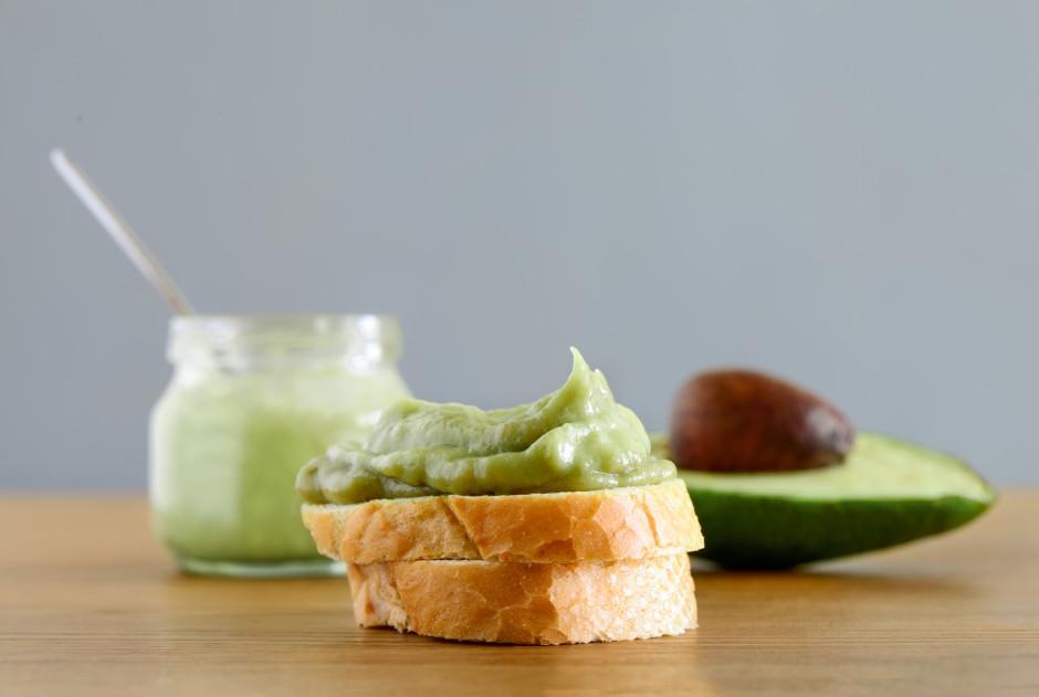 Liek klāt sviestu un sablendē kopā ar avokado.  Lai labi g...