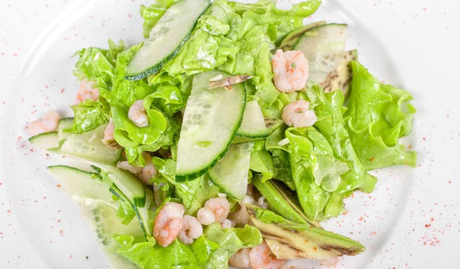 Salāti ar garnelēm, avokado un gurķi