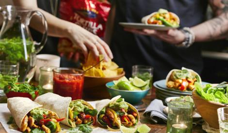 Ko likt galdā piekdienas vakara ballītē?