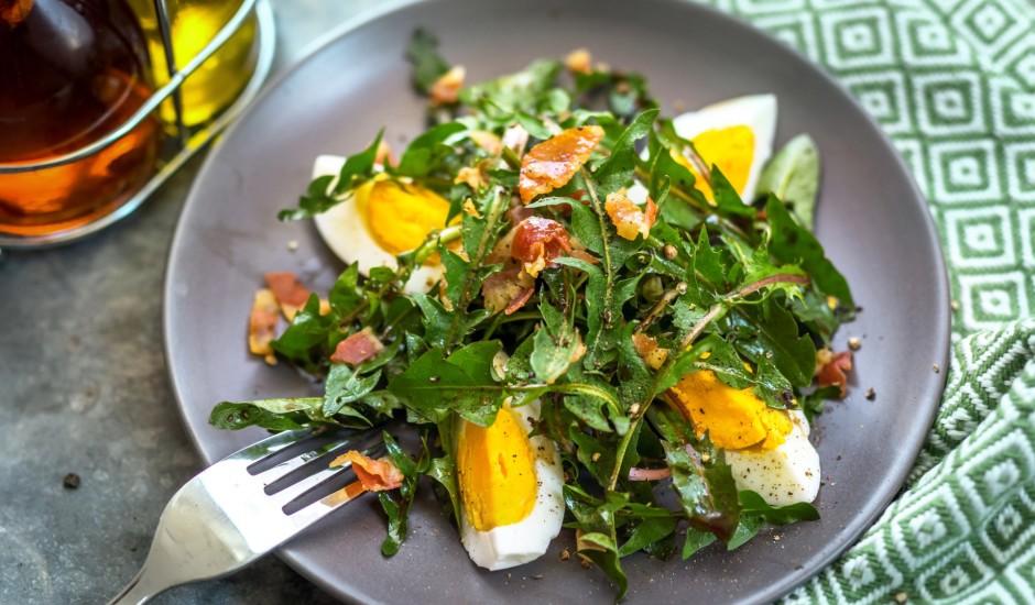 Pieneņu lapu salāti ar bekonu un olu