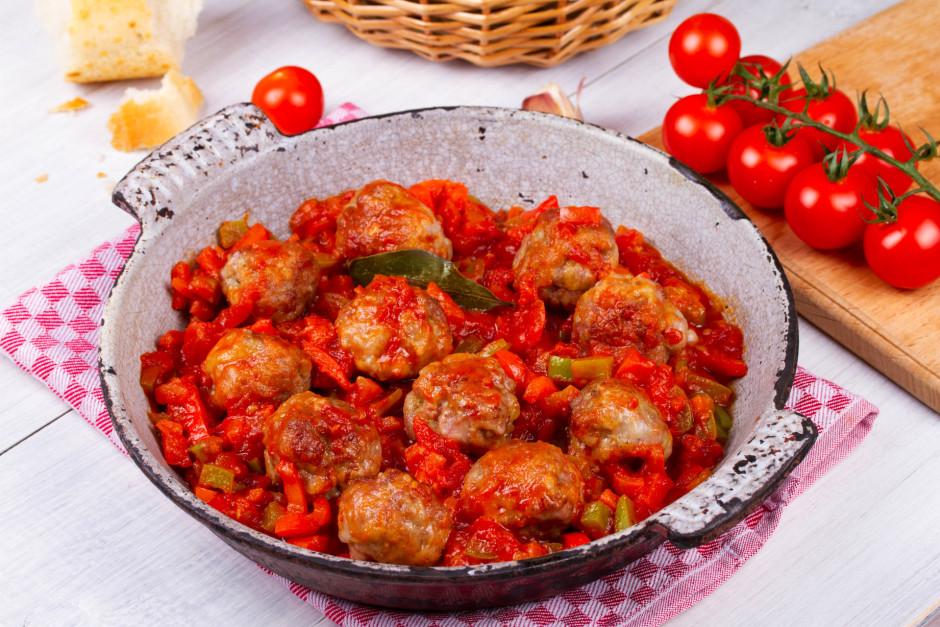Kad paprika palikusi mīkstāka, pievieno tomātu mērci, sāli,...