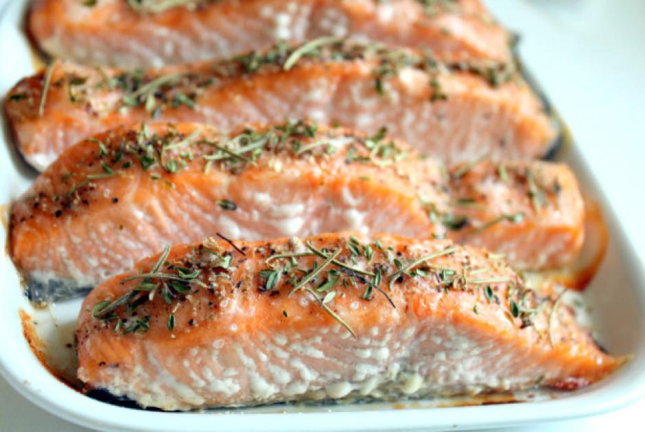 Cep, līdz zivs gatava, apmēram 20 minūtes. Šāds lasis ir lab...