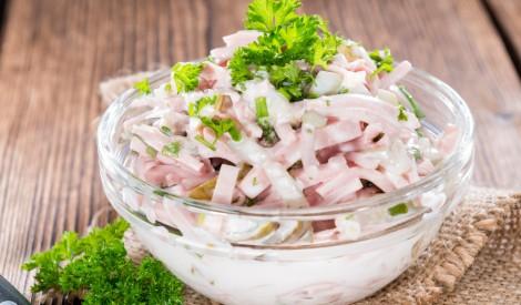 Šķiņķa un marinētu gurķu salāti