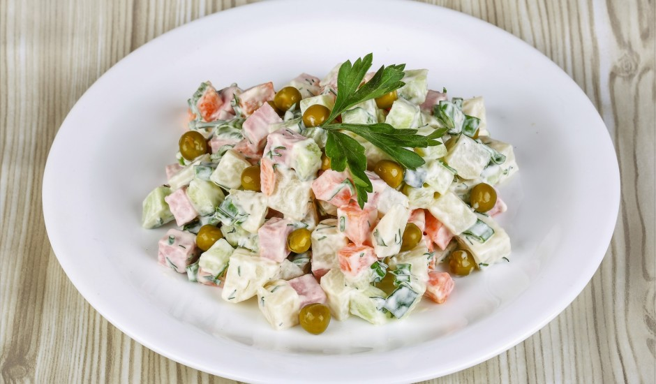 Šķiņķa salāti ar gurķiem un burkāniem