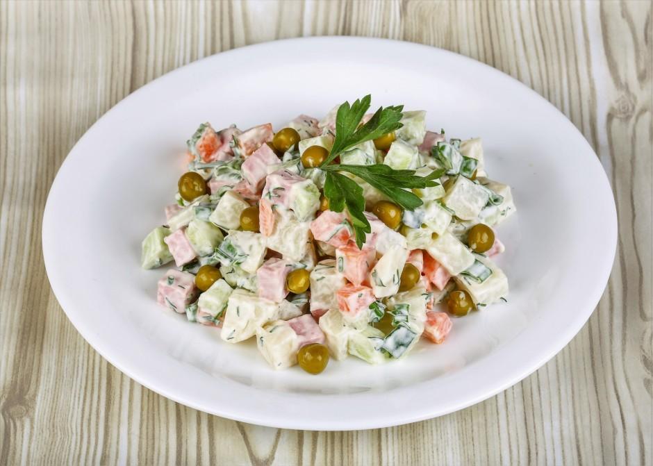Mērci pārlej sastāvdaļām, samaisa. Pārber salātus ar zaļajie...
