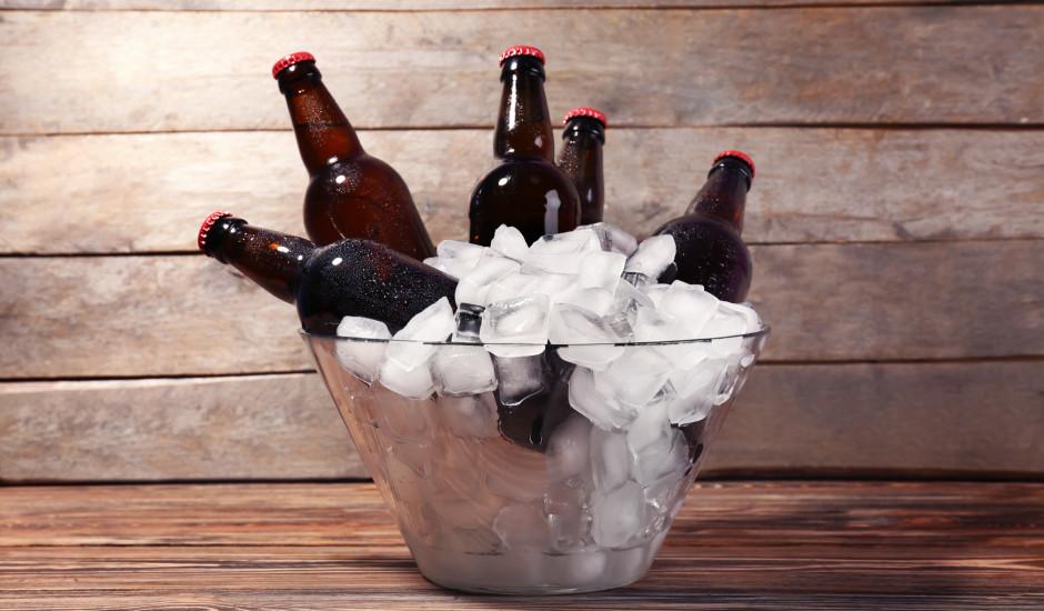 Kā ātri atdzesēt dzērienu stikla pudelē?