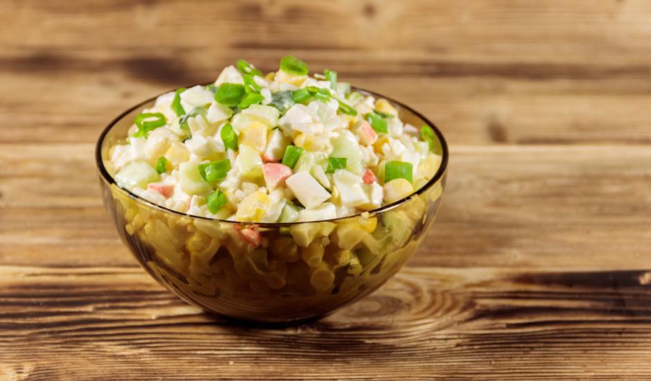 Krabju salāti ar rīsiem, kukurūzu un olām
