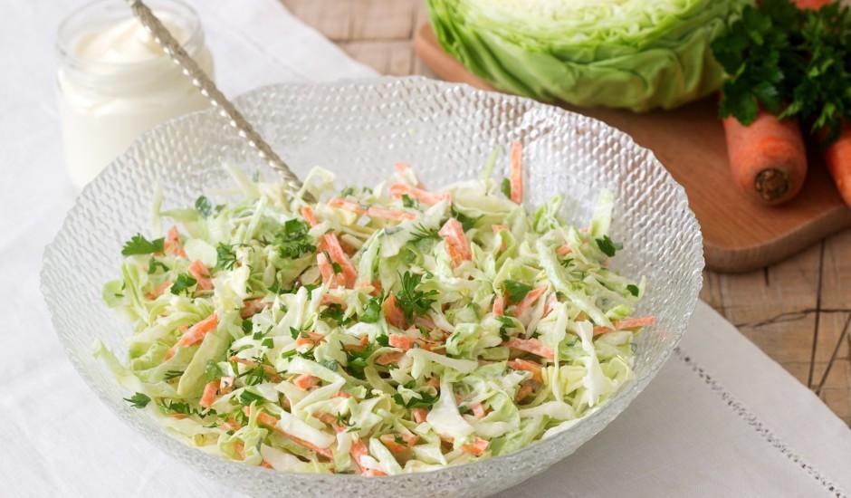 Svaiga kāposta salāti ar burkāniem un ķiploku