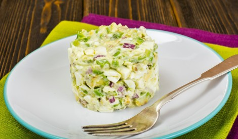 Olu - avokado salāti ar sarkano sīpolu