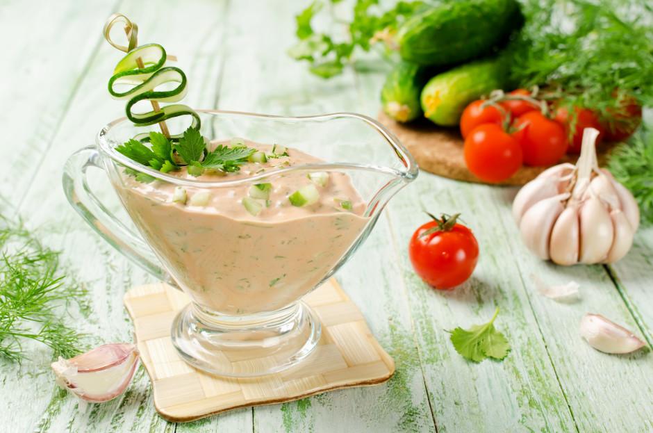 Klāt lej krējumu, majonēzi un tomātu mērci. Samaisa. Pēc gar...