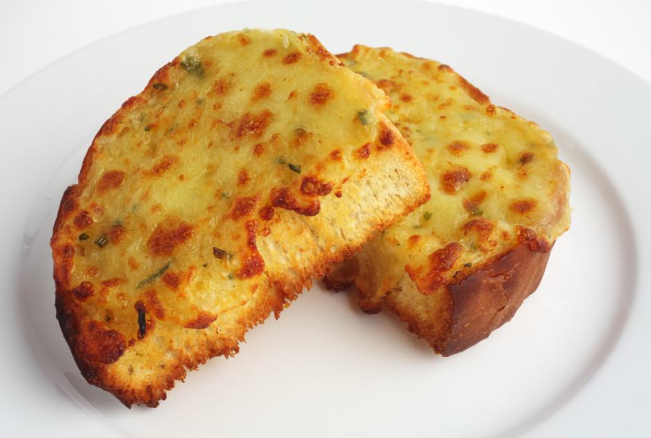 Sagatavotās maizes liek uzsildītā cepeškrāsnī. Cep līdz sier...