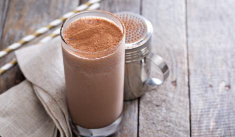 Šokolādes saldējuma kokteilis ar kanēli