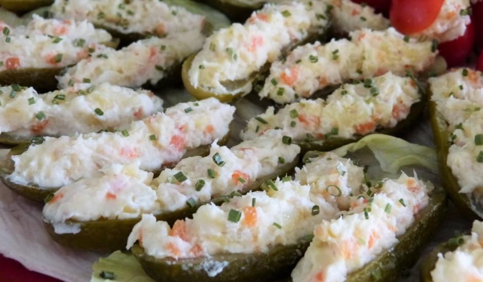 Pildīti skābēti gurķi ar siļķi un kartupeļiem