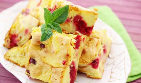 Ātrā kefīra plātsmaize ar āboliem un ķiršiem