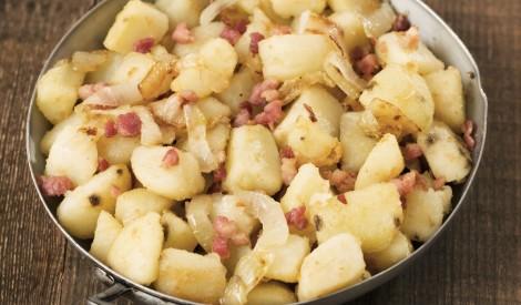 Cepti vārītie kartupeļi ar sīpoliem