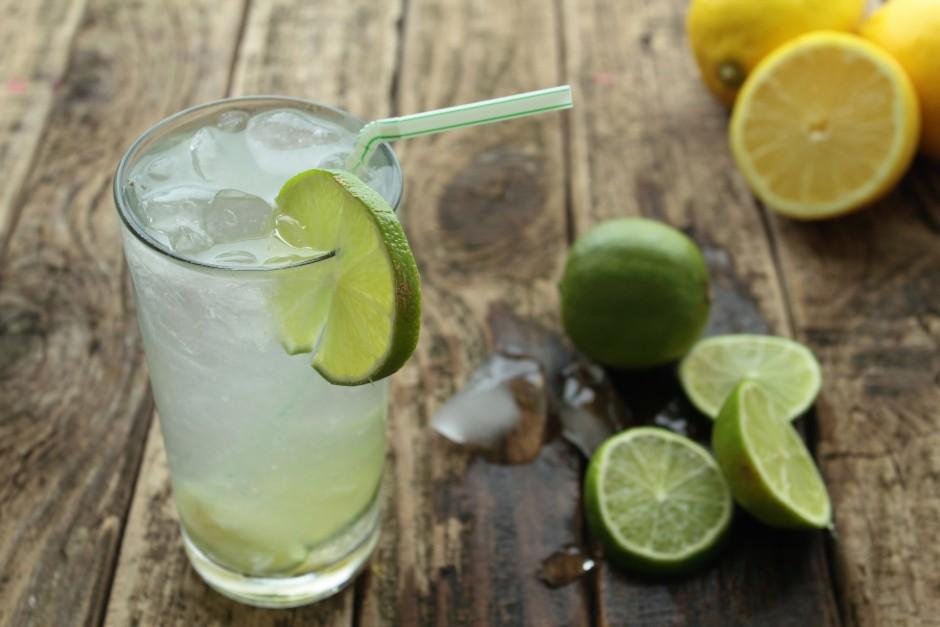 Lielā krūzē samaisa kopā pusotru litru ūdens, sulu un izvēlē...