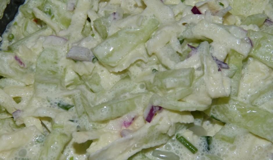 Ābolu un svaigu gurķu salāti