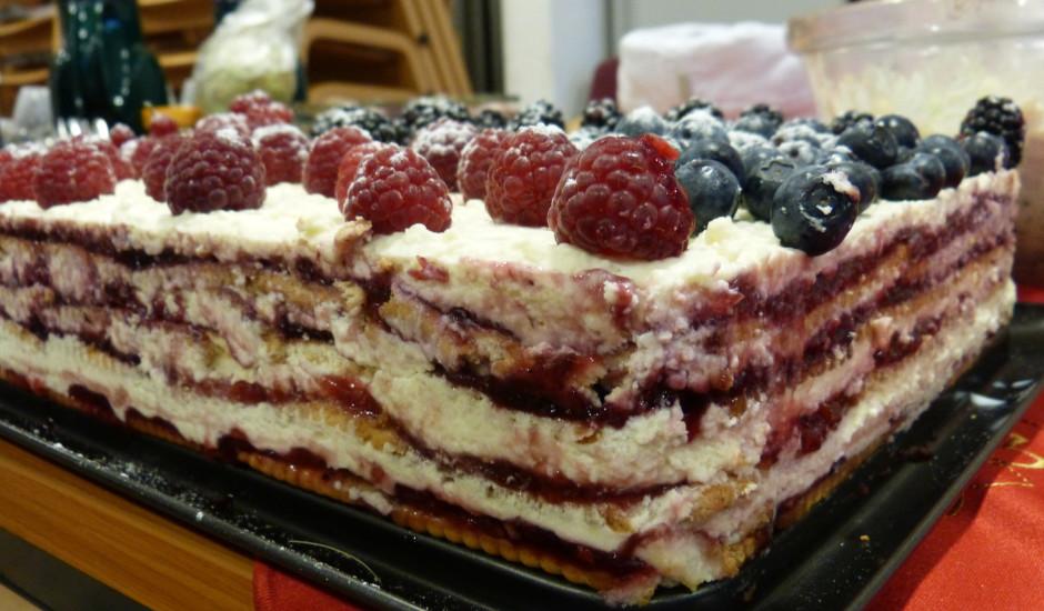Cepumu kūka ar vasaras ogām