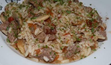 Teļa gaļa ar rīsiem un sēnēm.