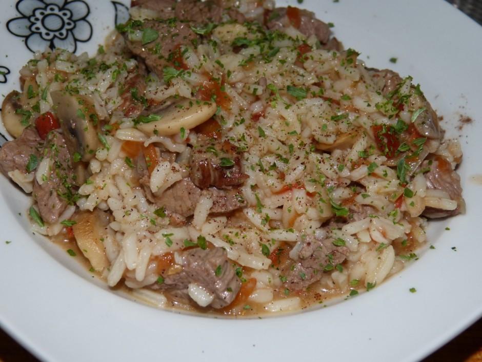 Sautēšanu turpina, līdz gaļa un rīsi mīksti.Pasniedzot pārka...