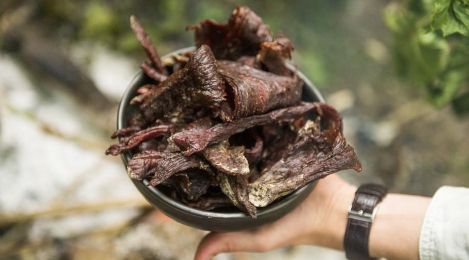 Dūmi ne tikai apkūpina gaļu, bet arī aizbiedē visas mušas....