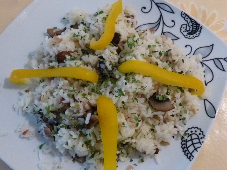 Samaisa visu kopa: rīsus, sīpolus, šķiņki un sēnes.  Rotā a...