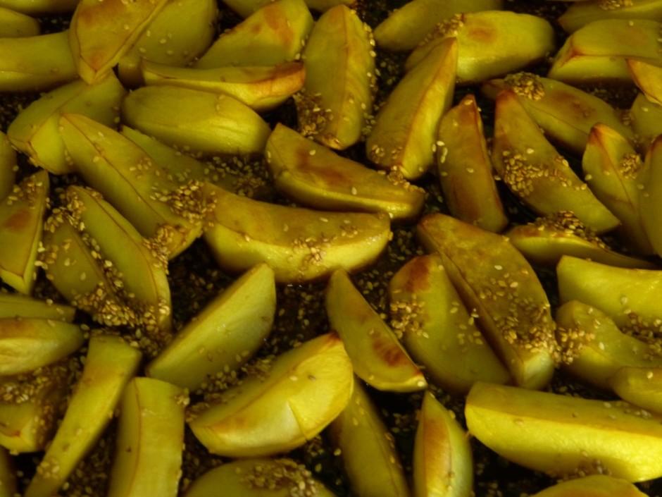 Kartupeļus liek uz plāts viena kārtā, cep 190 grādu temperat...