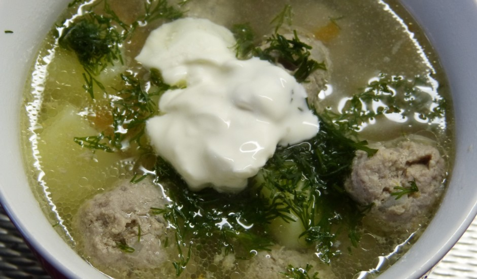 Frikadeļu zupa ar sālītiem gurķiem