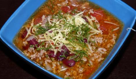 Maltās gaļas zupa ar pupiņām un tomātiem.