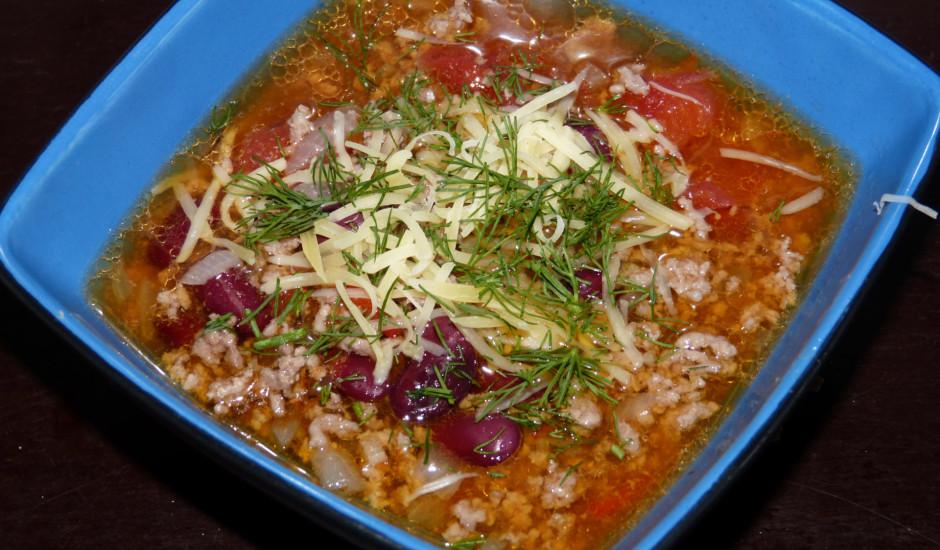 Maltās gaļas zupa ar pupiņām un tomātiem