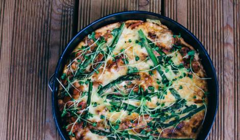 Sparģeļu - dārzeņu pīrāgs ar timiānu