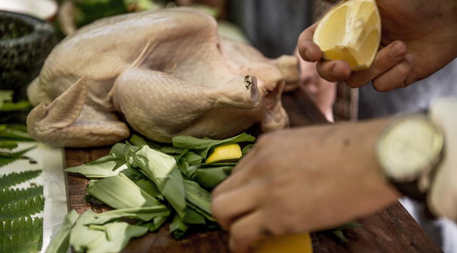 Pašā vistā iebāž citronu un zaļumus.