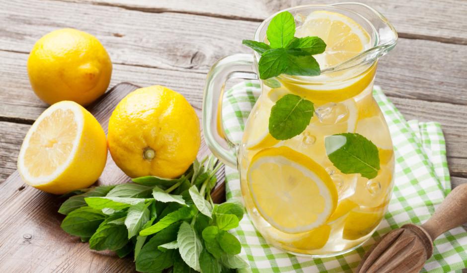 8 ieguvumi dzerot ūdeni ar citronu
