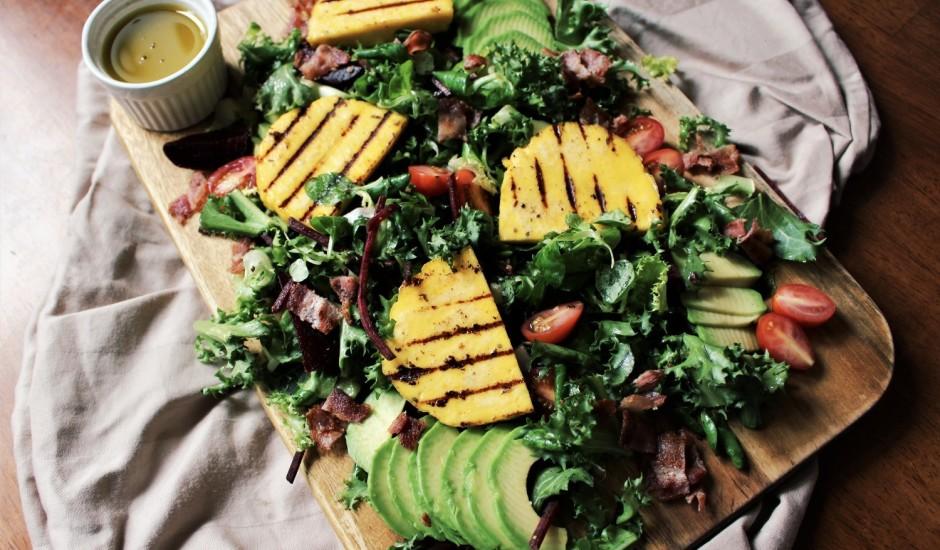 Salāti ar grilētu Jāņu sieru