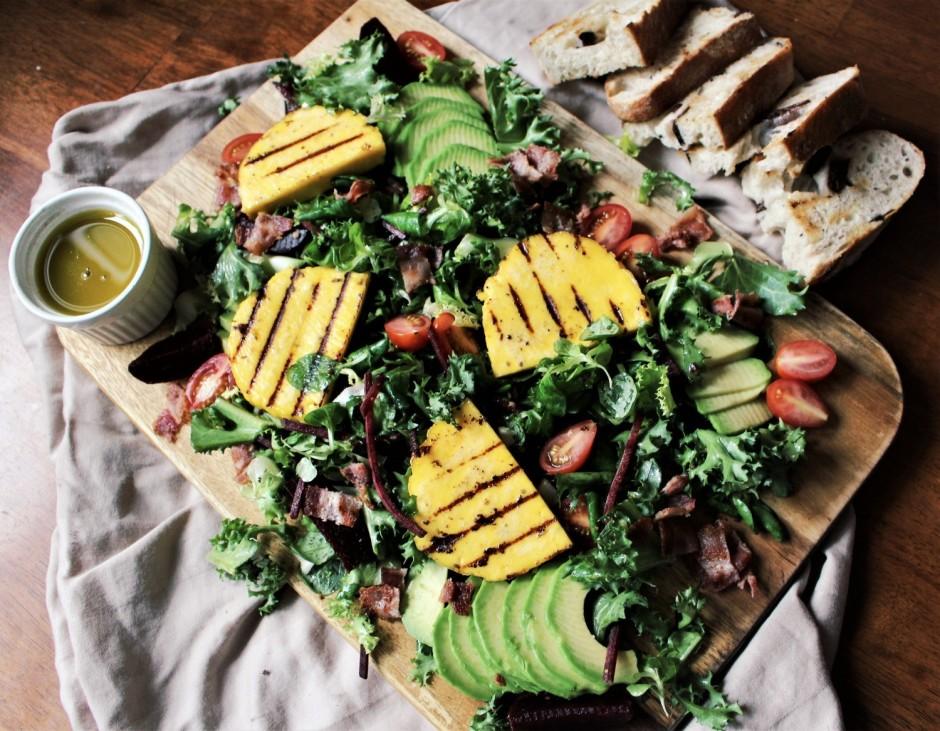 Kārto salātus uz šķīvja – vispirms liek salātu lapas, tad kā...
