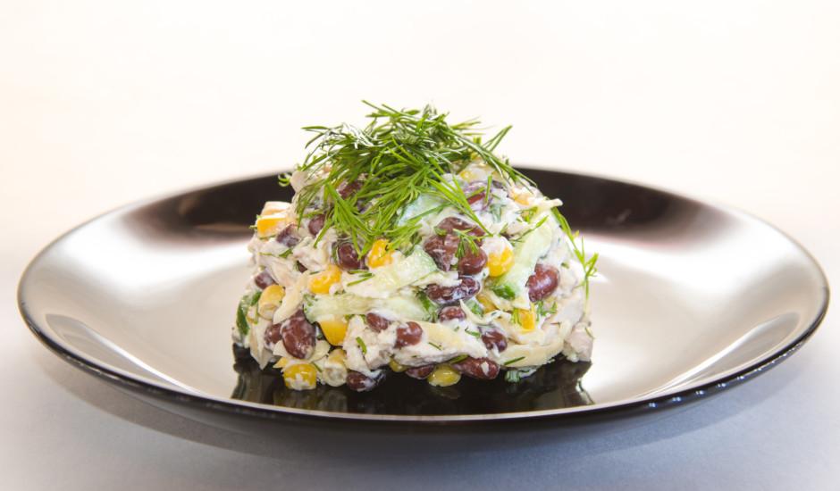 Pupiņu salāti ar vārītu vistu un kukurūzu