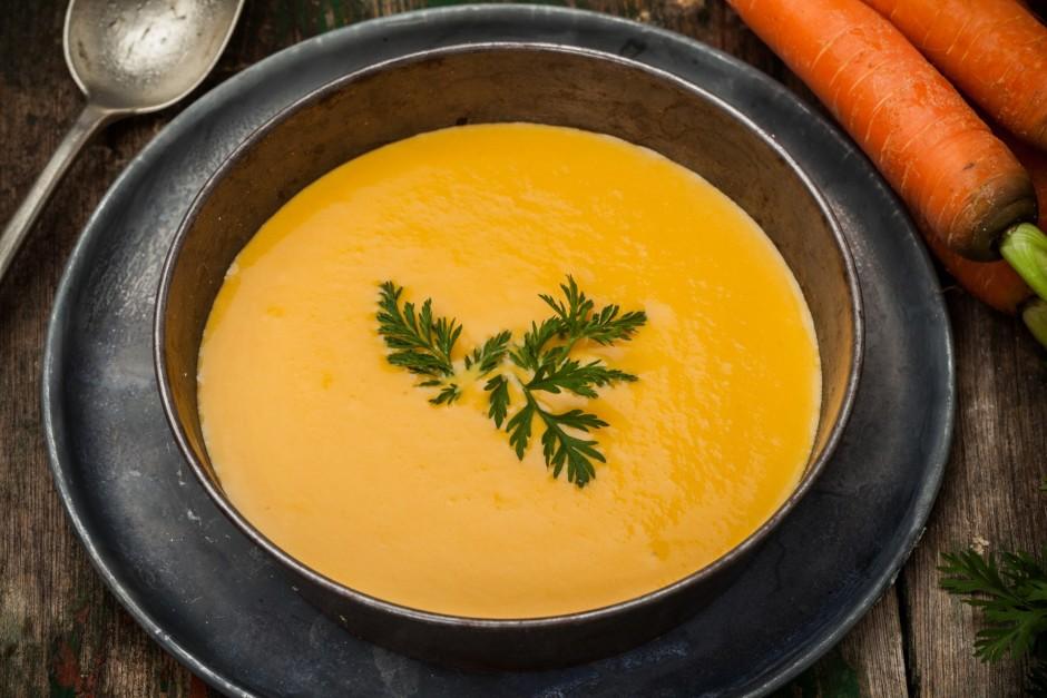 Zupu sakuļ blenderī, pievienojot šķipsniņu kajenas piparu....