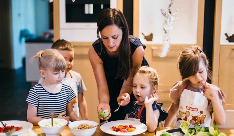 Kā virtuves darbus padarīt bērniem aizraujošus un drošākus?