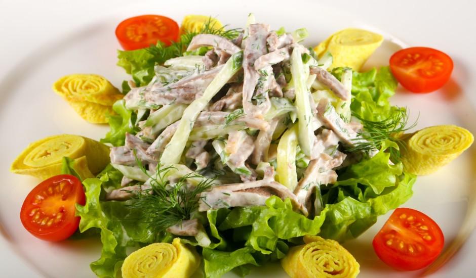 Vārītas mēles salāti ar svaigu gurķi