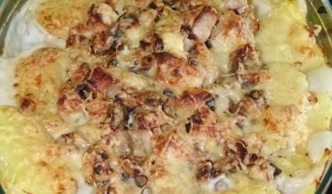 Kartupeļu sacepums ar vistu un sēnēm.