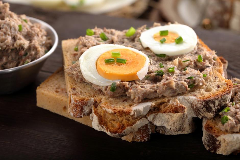 Uz maizes ziež tunča masu un virsū izkārto olu šķēlītes. Ola...
