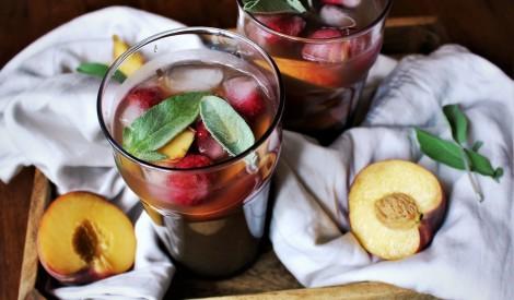 Persiku un medus ledus tēja ar salviju