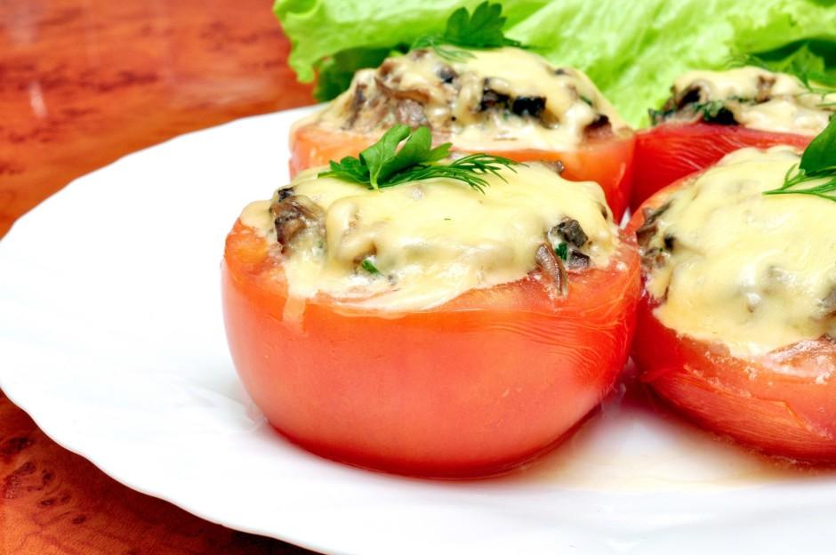 Sacepto masu iepilda tomātos, pārber ar rīvēto sieru un cep...
