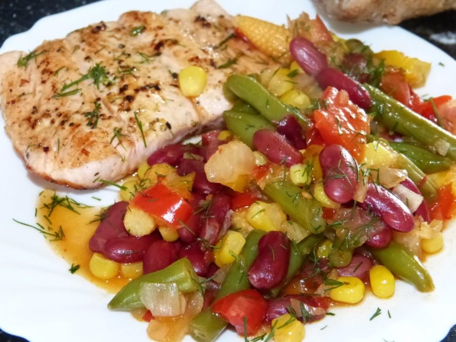 Pec garšas pieber sāli, liek klat ceptos zivs filejas gabalu...