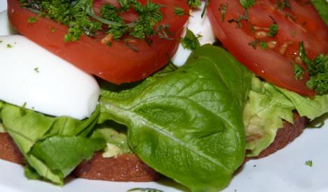 Brokastu maize ar olu un tomātiem..