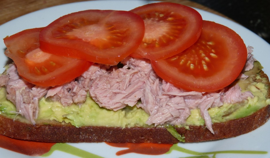Brokastu sviestmaizes ar avokado un tunci