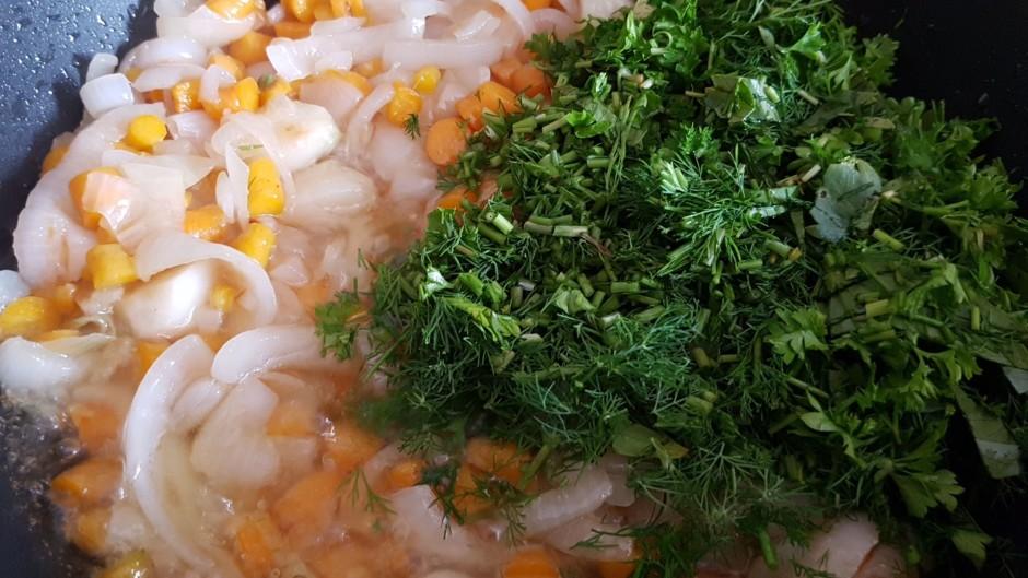 Sakarsētā pannā ielej pusi no eļļas, ieliek sīpolus un ķiplo...