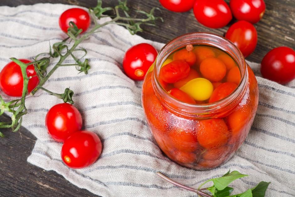 Atkal pārlej tomātus ar verdošu ūdeni, pievieno etiķi, krust...
